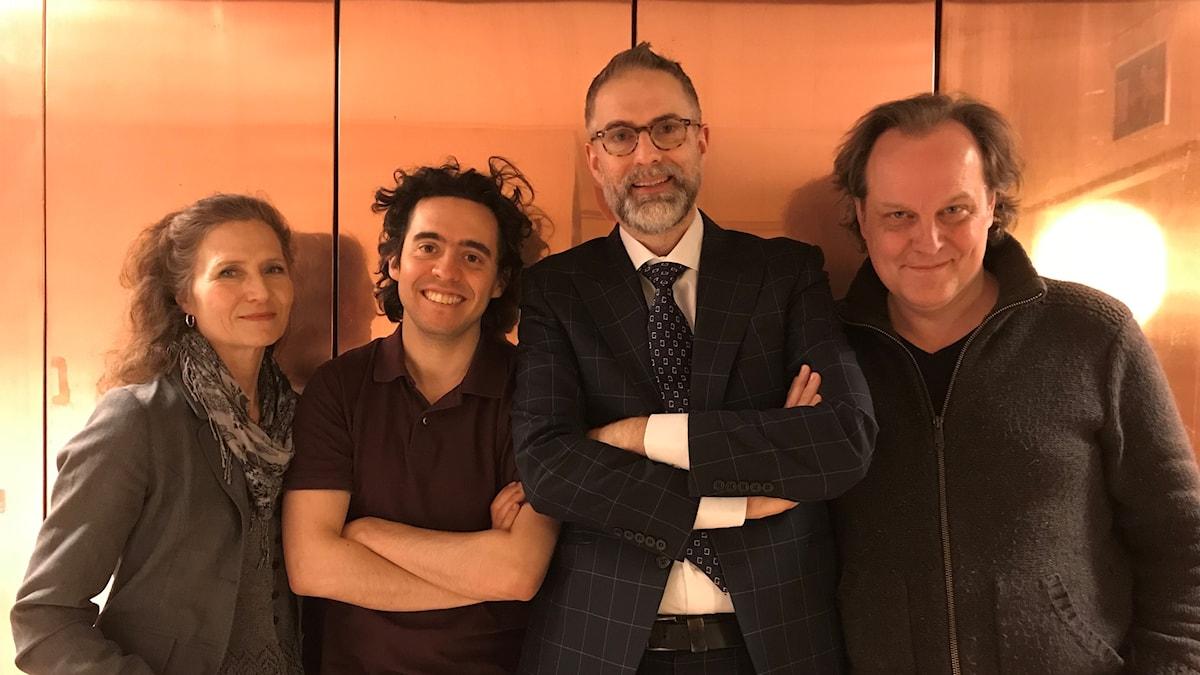 Panelen fr.v: Boel Adler, Nicholas Ringskog Ferrada-Noli, programledaren samt Tony Lundman.