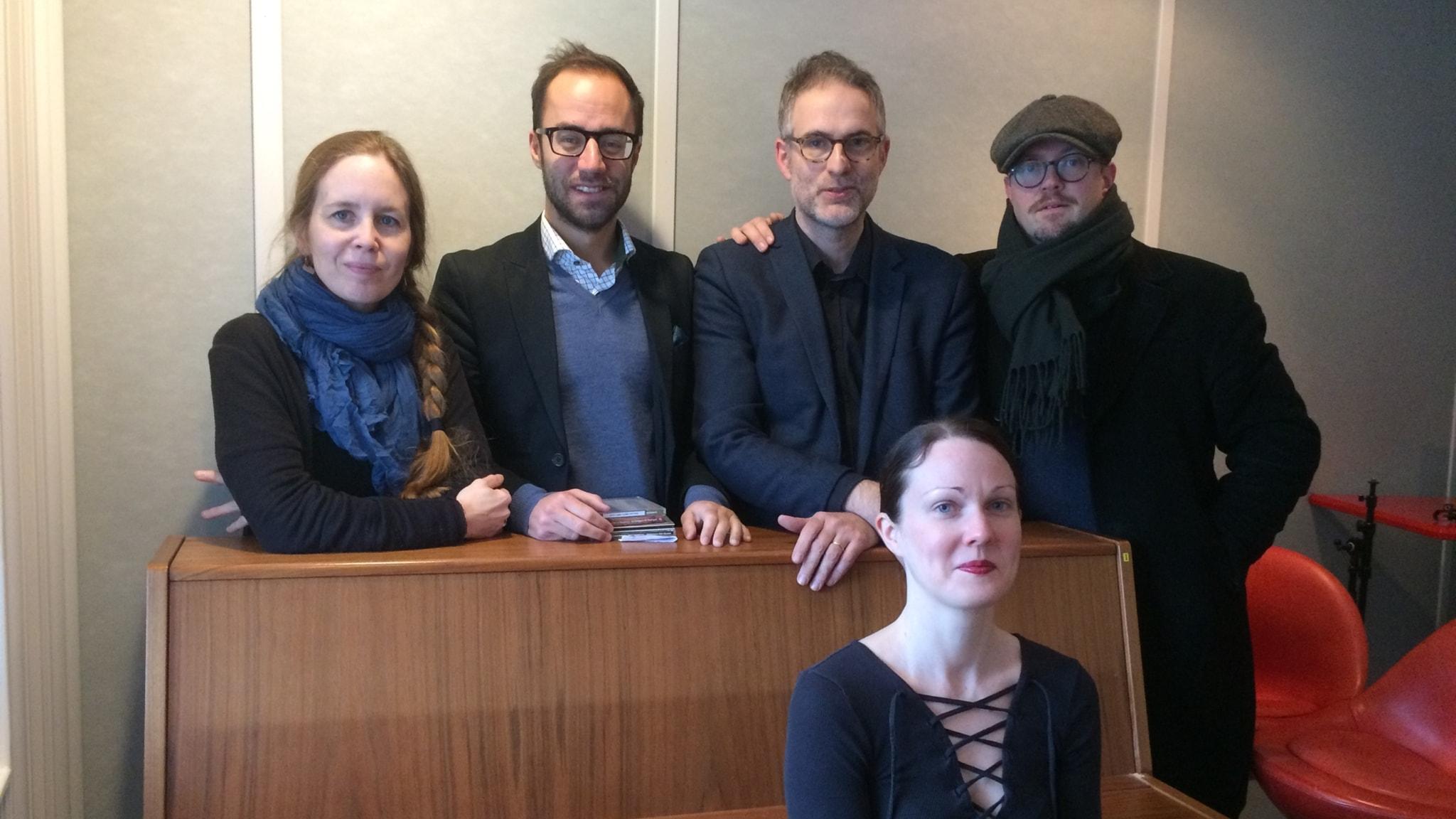 Panelen fr v Anna Nyhlin, Edward Klingspor, programledaren och David Björkman. Framför sitter Johanna Paulsson som bjuder oss Johannas val.
