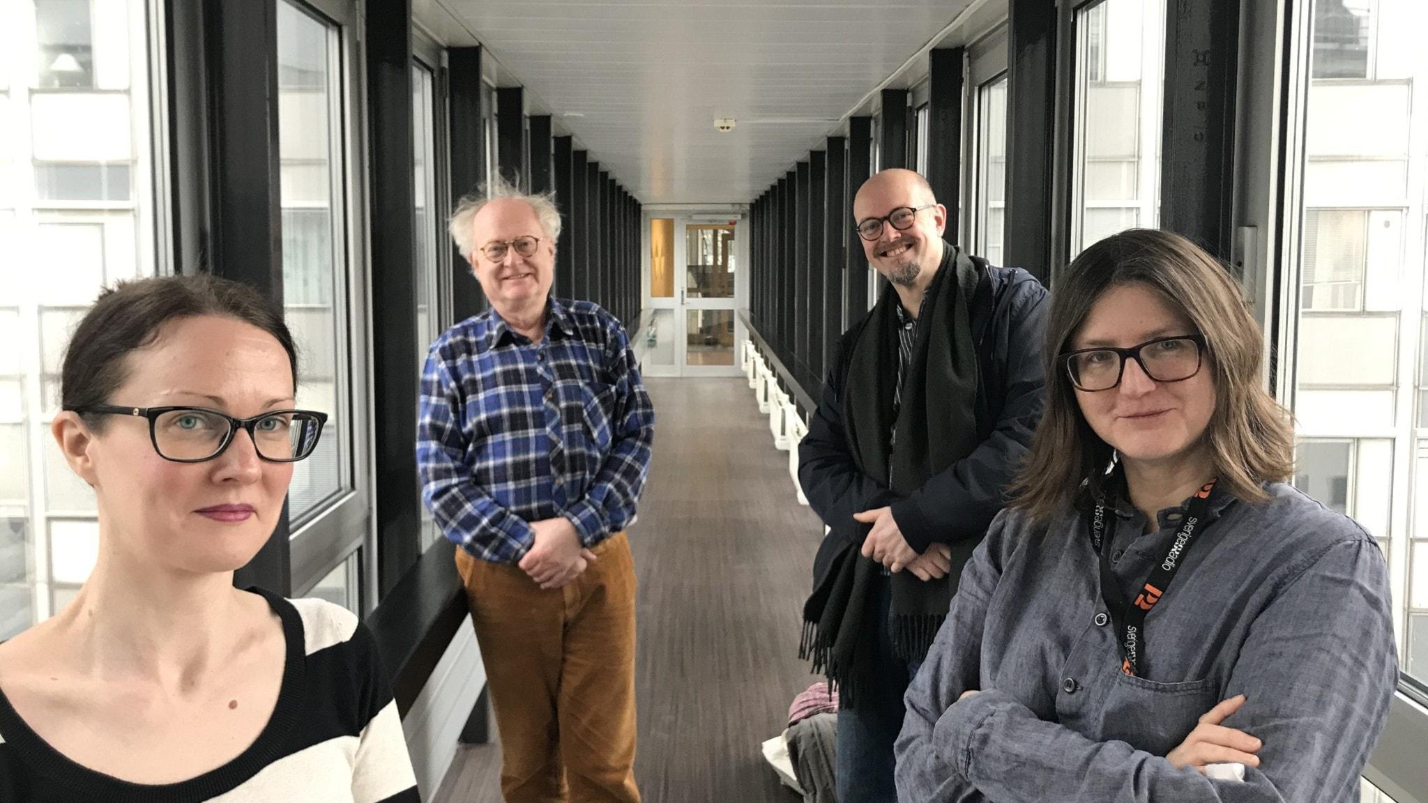 Musikjournalisten Johanna Paulsson, pianisten Bengt Forsberg och dirigenten David Björkman är veckans panel i Musikrevyn, här tillsammans med programledare Sara Norling.
