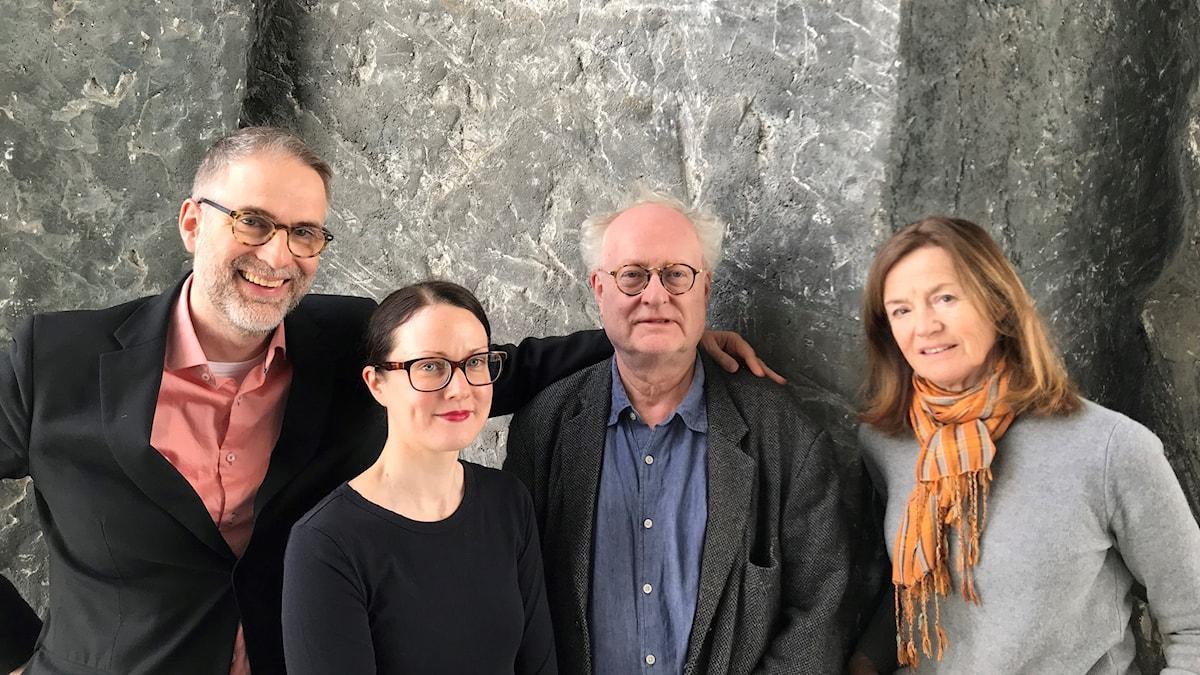 Musikrevyns programledare Johan Korssell tillsammans med musikkritikern Johanna Paulsson, pianisten Bengt Forsberg och musikjournalisten Camilla Lundberg i veckans panel.