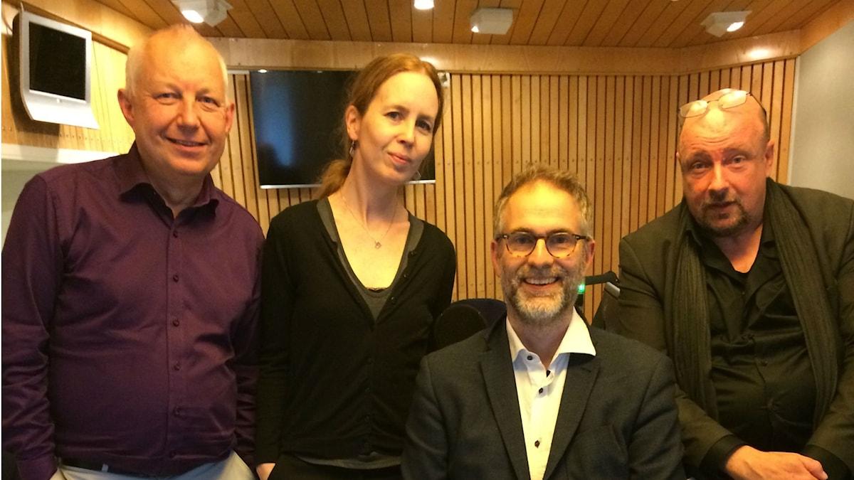 Panelen fr.v: Måns Tengnér, Anna Nyhlin, programledaren samt Magnus Lindman.