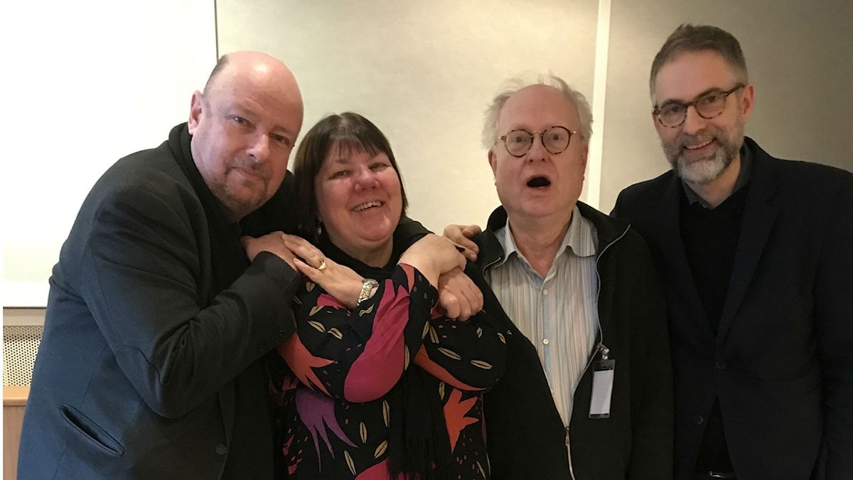 Nyårspanelen utser årets skiva: Magnus Lindman, Evabritt Selén, Bengt Forsberg och programledaren.