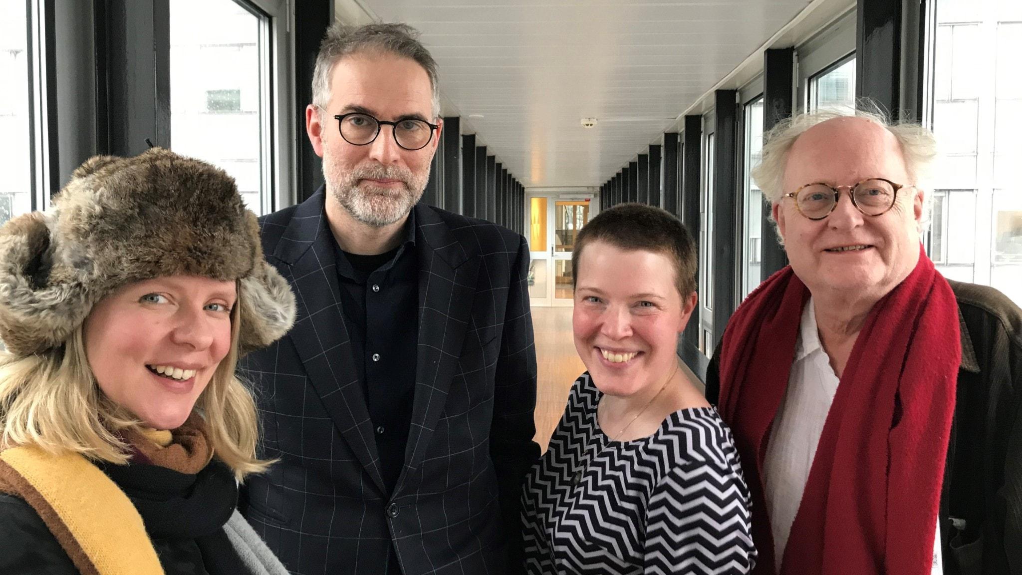 I nyårspanelen sitter musikskribenten Edith Söderström, Musikrevyns programledare Johan Korssell, musikjournalisten Hanna Höglund och pianisten Bengt Forsberg.