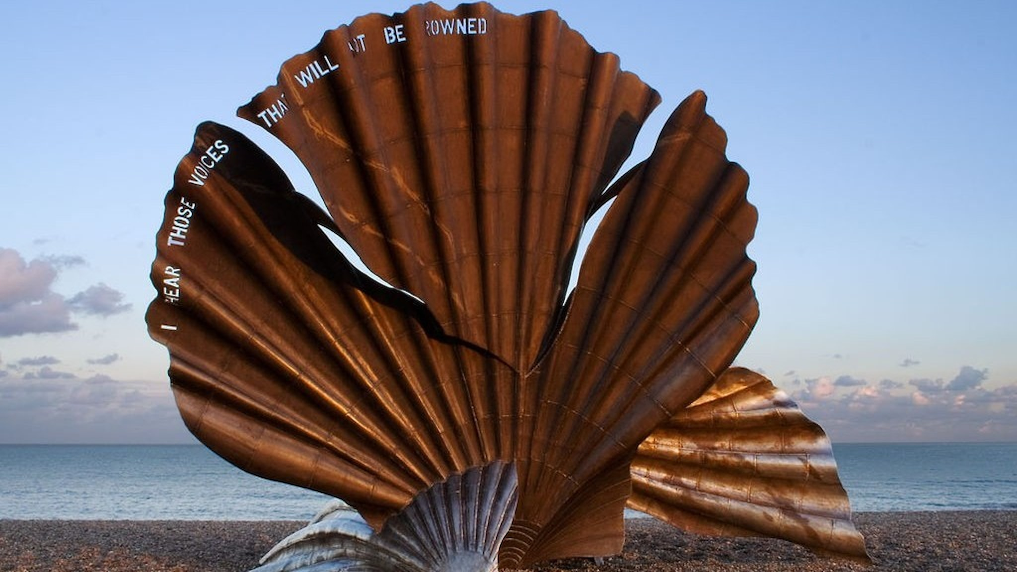 Maggi Hambling: The Scallop, Aldeburgh (med text ur Peter Grimes)