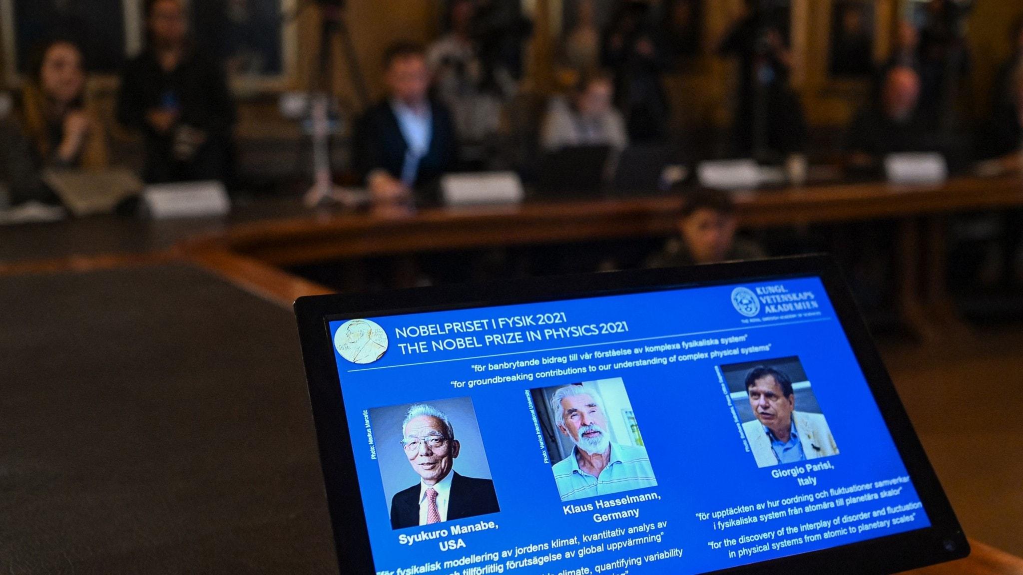 En skärm från presskonferensen då Nobelpriset i fysik tillkännagavs.