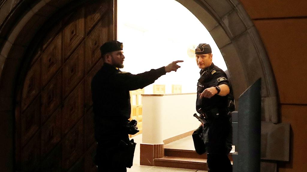 Polisen vid Bergsgatan utanför Säkerhetssalen i Stockholm.