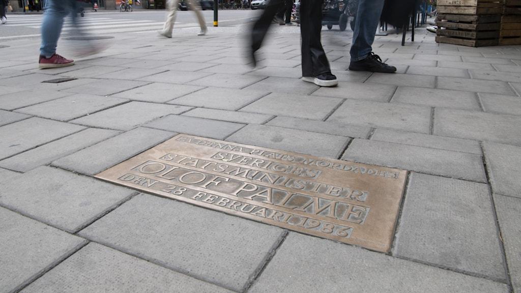 Minnesplatta över Olof Palme på Sveavägen i Stockholm.