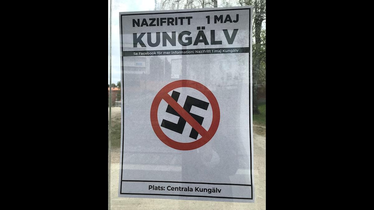 """en affisch med bild på ett överstruket hakkors och texten: """"Nazifritt 1 maj Kungälv."""""""