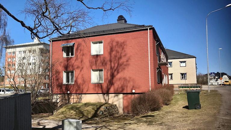 I det här röda huset har Mohammath sin lägenhet.