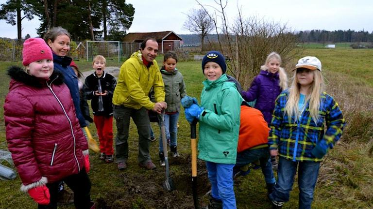 محمد تاجران در حال کاشتن درخت در یک مدرسه در سوئد، عکس شخصی