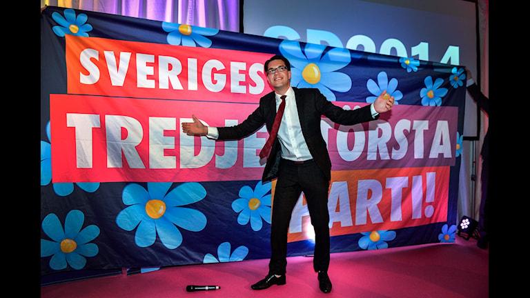 جیمی اُکِسوُن، رهبر حزب دموکرات های سوئد پس از اعلام خبر پیروزی در انتخابات   Foto: Anders Wiklund / TT