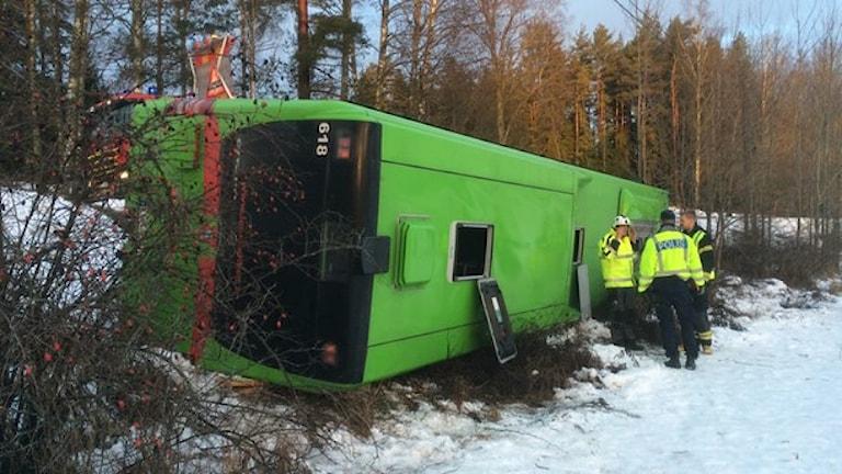 اتوبوس با تعدادی دانش آموز از جاده منحرف و چپه شد. Foto: Sveriges radio