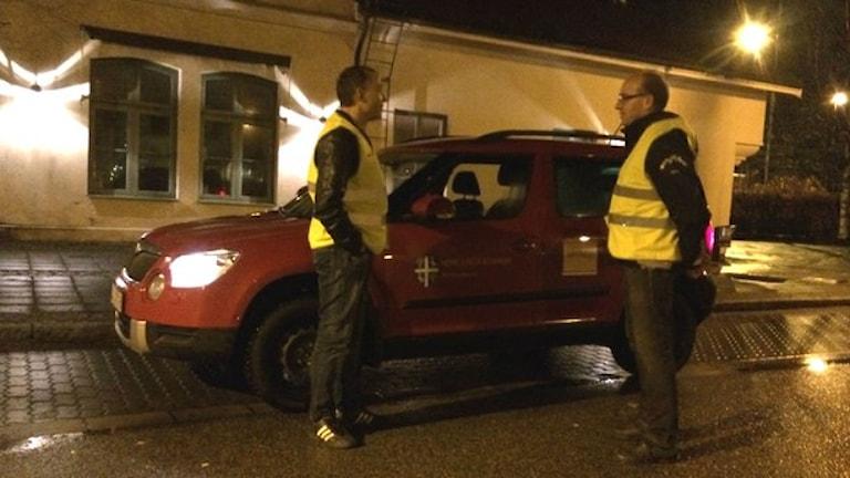 انجمن های غیرانتفاعی در هَریونگا به گشت شبانه می پردازند.  Foto: Joel Wendle/Sveriges Radio.