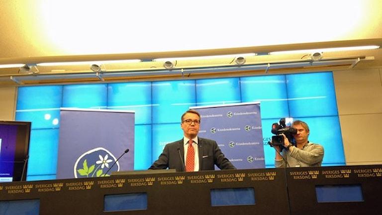 یوران هگ لوند، رهبر حزب دموکرات مسیحی در کنفرانس خبری