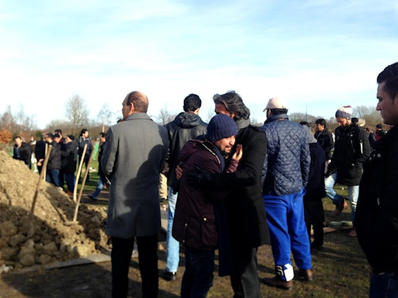 مراسم خاکسپاری یک مادر افغان و دو فرزند حخردسالش