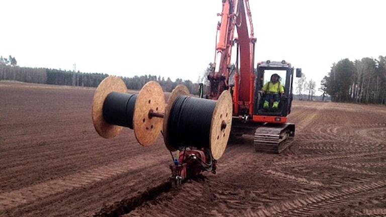 Fiber grävs ner i marken. Foto: Vara kommun