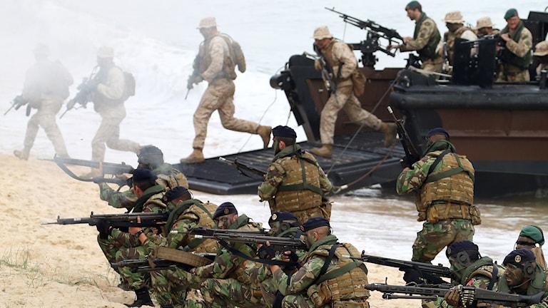 نیروی چند ملیتی ناتو در یکی از عملیات خود.  اکثریت مردم سوئد مایل به عضویت در سازمان نظامی ناتو نیستند  Photo: Steven Governo/AP