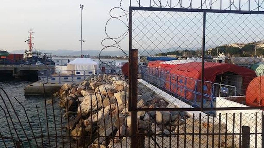 بندرگاهی در یکی از جزایر یونان که برای انتقال پناهجویان به ترکیه آماده شده است.