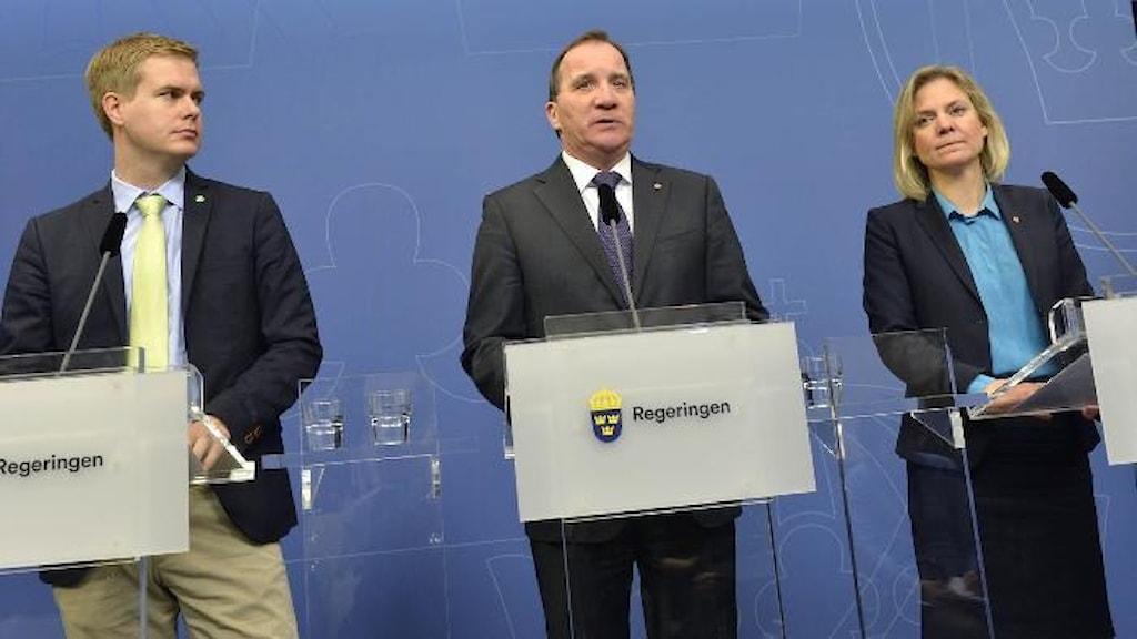وزیر دارایی، نخست وزیر و وزیر آموزش در کنفرانس خبری برای معرفی بودجه بهاره