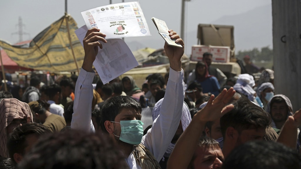 هجوم شهروندان افغانستان، در عقب درهای فرودگاه کابل