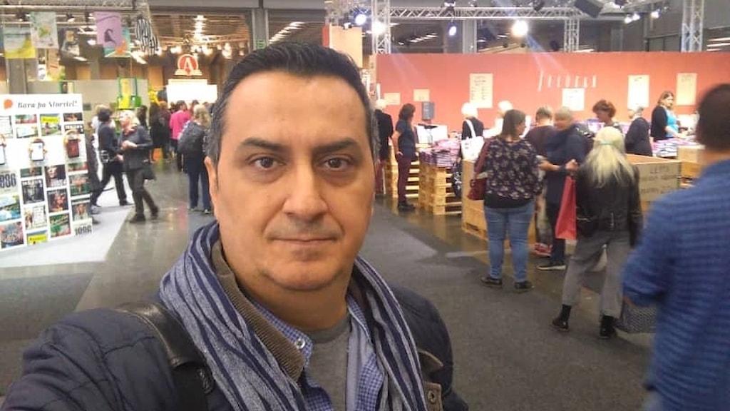 فرزاد فربد، مدیر نشر پریان و ریتُن در نمایشگاه کتاب یوتبوری