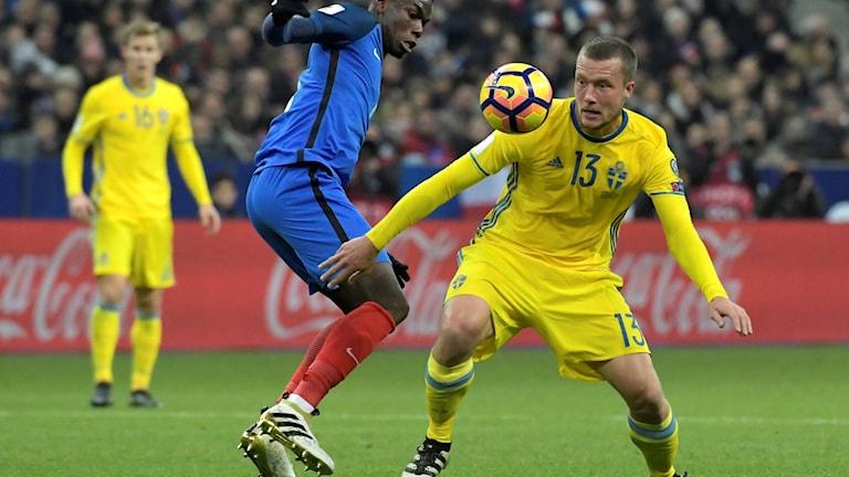 Paul Pogba och Sveriges Jakob Johansson under fredagens VM-kvalmatch