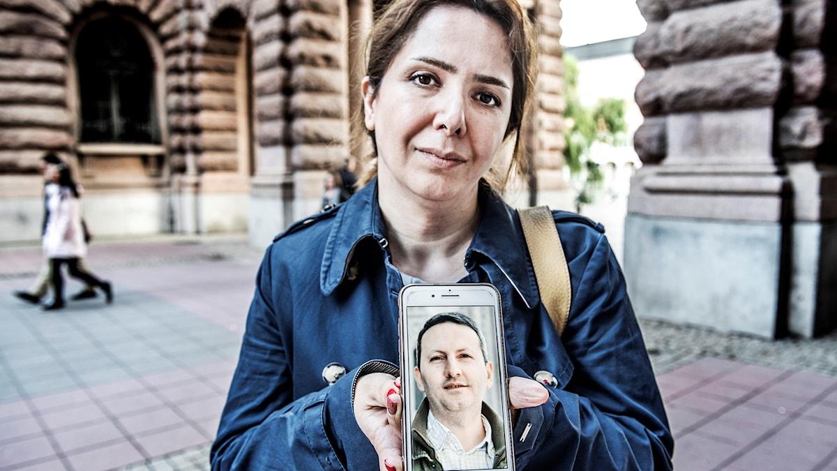 ویدا همسر احمدرضا جلالی، در نزدیکی پارلمان سوئد.