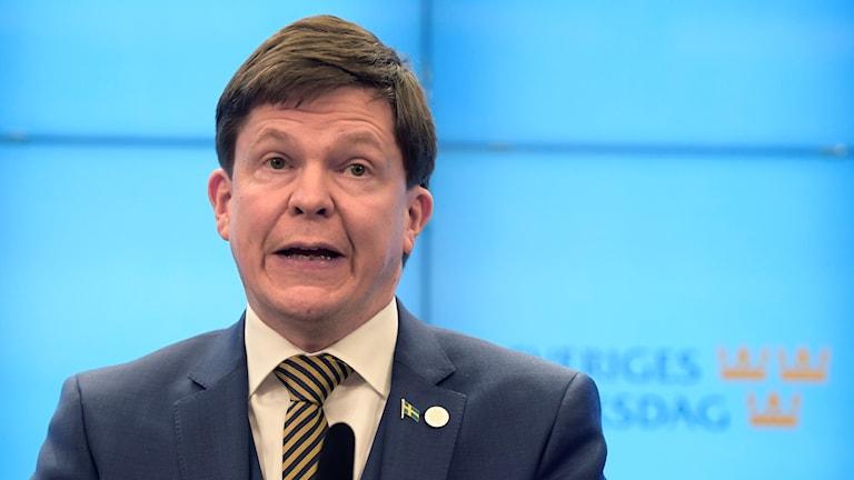 På fotot ser man Andreas Norlén. Han är klädd i kostym och slips.
