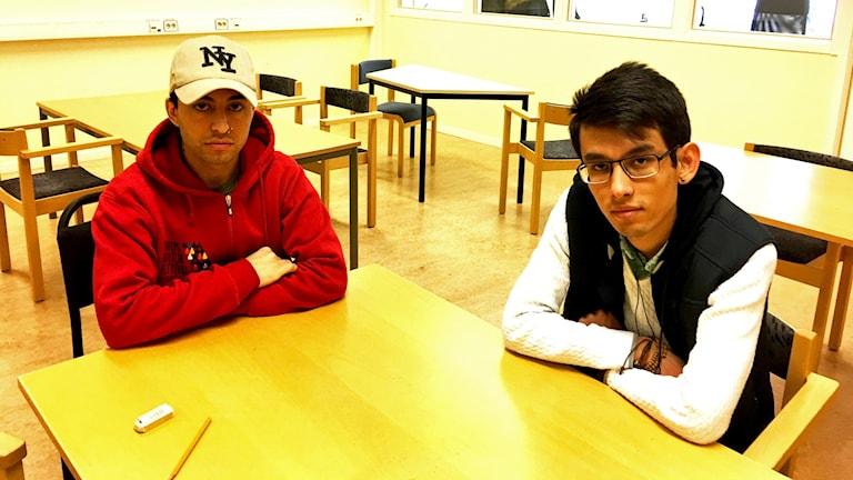 سبحان نظری و رشاد سروری دو نوجوانی که در لیسه خرهولمین درس میخوانند و نسبت به آینده امیدوار هستند