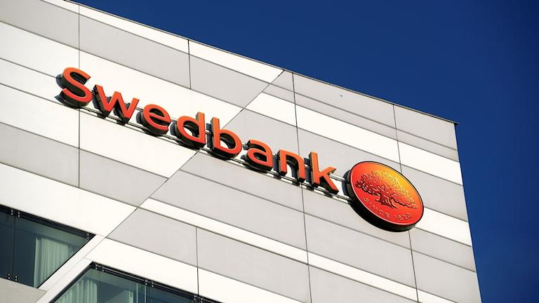 En femtedel, motsvarande 55 miljarder kronor, av Swedbanks värde har försvunnit som en följd av börsraset efter Uppdrag Gransknings avslöjande om misstänkt penningtvätt i banken.