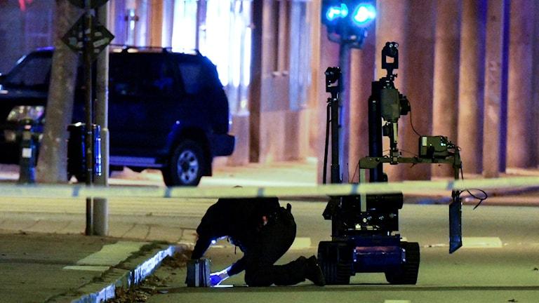 Polisens bombrobot undersöker natten