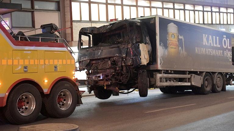 Lastbilen bärgas bort efter att den dragits ut från Åhlens på Drottninggatan