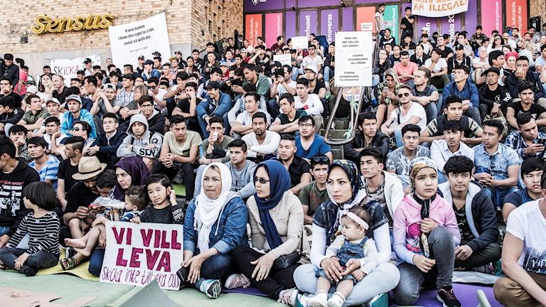 Ensamkommande asylsökande manifesterar på Medborgarplatsen för att stoppa utvisningarna till Afghanistan.
