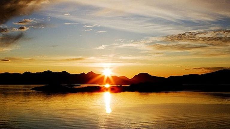 شمس منتصف الليل في شمال السويد.صورة هوكن موسفولدلاشن /سكانبكس