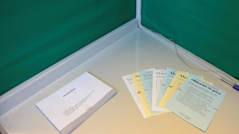 Valbås med valsedlar i röstlokal i Stockholm