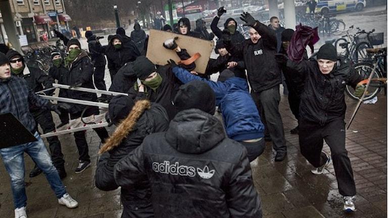 صورة من وقائع الهجوم الذي شنه نازيون على تظاهرة مناهضة للعنصرية في Kärrtorp