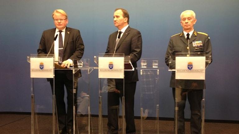 رئيس الوزراء ستيفان لوفين يتوسط وزير الدفاع بيترهولتكفيست وقائد القوات المسلحة سفركر يورانسون