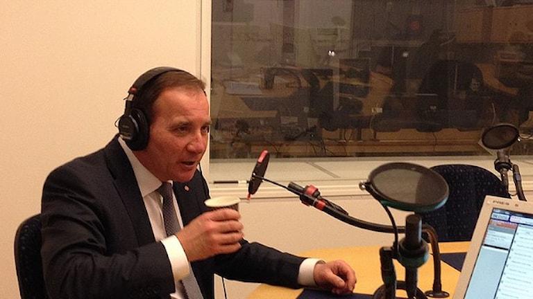 رئيس الوزراء السويدي ستيفان لوفين في استوديو راديو السويد اليوم