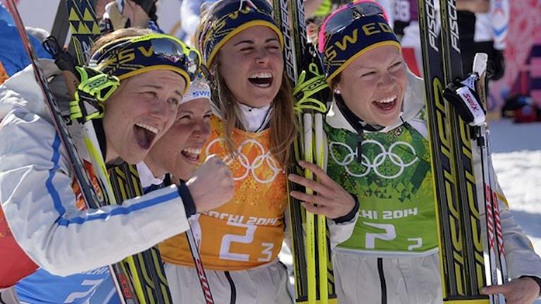 إيما فيكين، آنا هاغ، شارلوت كالا وإيدا إينغمارسدوتر بعد فوزهن بذهبية الأولمبياد الشتوي