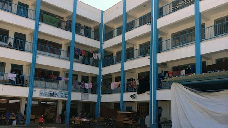 أسر من غزة تعيش في إحدى المدارس بعد تدمير بيوتهم، صورة سيسيليا أودين / راديو السويد