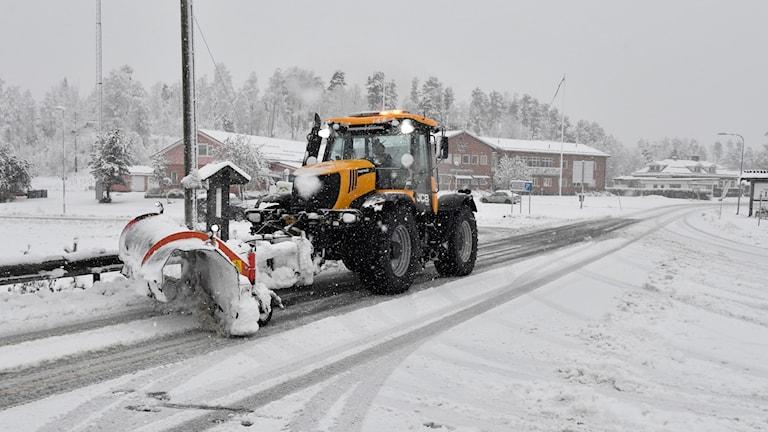 جرار يزيل الثلوج من على الطرقات.