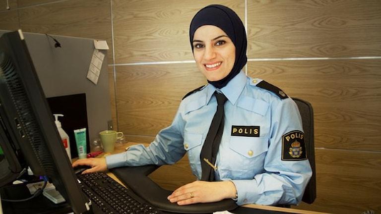 دونا الجمال أول شرطية محجبة في السويد / صورة جوليا بلومغرين SR