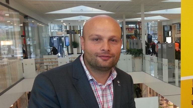 محمد حسن عضو مجلس بلدية أوبسالا عن حزب الشعب يعترض على طروحات رفاقه في الحزب. الصورة بعدسة: Anton Dyrssen/Sveriges Radio