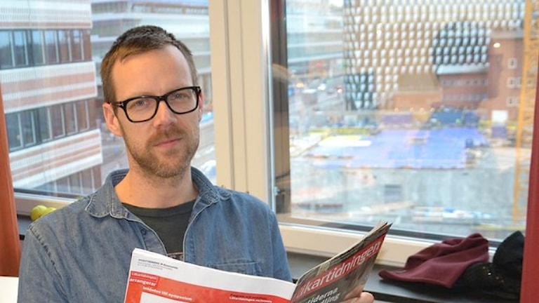 رئيس الأطباء آنديرش ترينهاغ يتحدث عن عواقب التأخر في التشخيص المختبري، والصورة بعدسة: Anna Larsson/Sveriges Radio