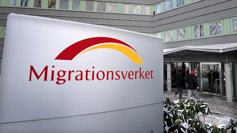 """Skylt med texten """"Migrationsverket"""" utanför deras lokaler i Solna. Foto: Anders Wiklund/TT"""
