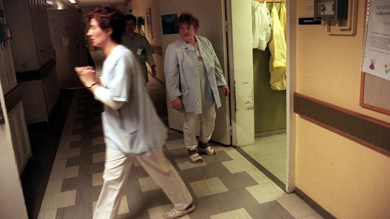 Sairaanhoitajia työssään.