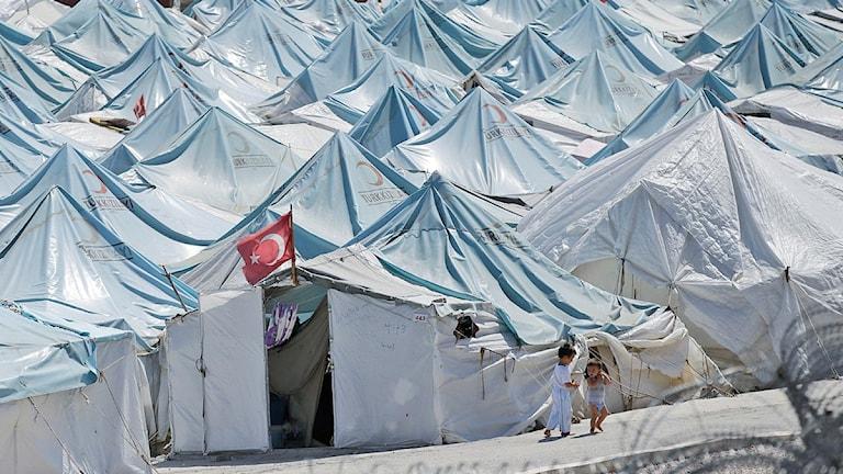 أطفال في مخيم للاجئين السوريين في مدينة يايلاداغي على الحدود مع تركيا