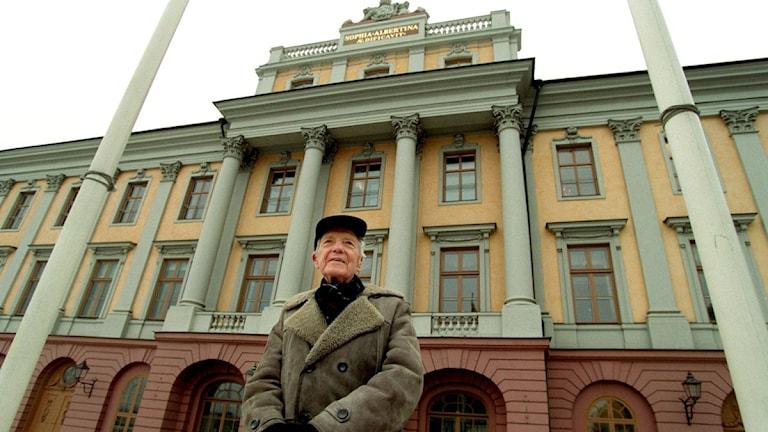 بير أنغر بجانب وزارة الخارجية السويدية / صورة : بيتر لايدين 2001-01-18/ سكانبكس