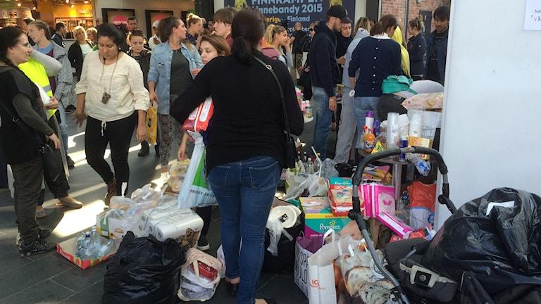 Flyktvägen. Malmö Central. Frivilliga donerade allt som nyanlända flyktingar kan behöva i de tidigaste stadierna. Foto: Rafand Ahmad/SR.