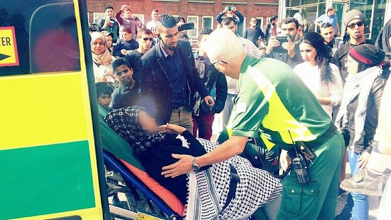 En kvinna har svimmat utanför Migrationsverket i Malmö, onsdag 9 september. Foto: Mohamaed Baker